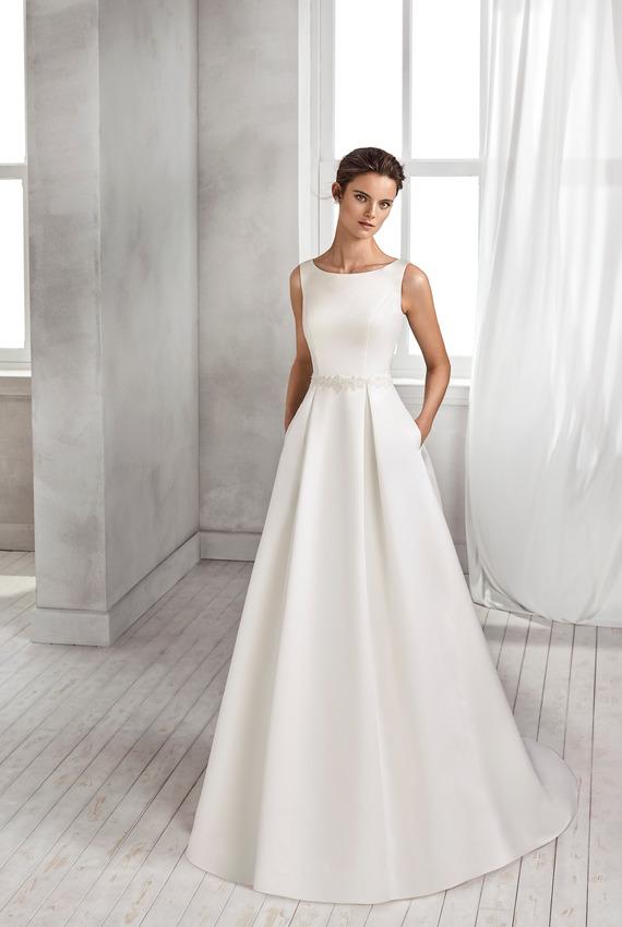352f5f88804c Exkluzívny svadobný salón - dlhé šaty