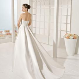 9ed55e78d73a Tieto šaty sa pohybujú od klasického empírového strihu až po úzke strihy